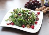 Kräutersalat mit einem Traubenkernöl-Dressing, frischen Trauben und Walnüssen