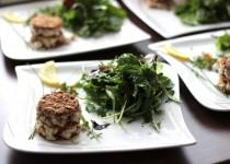 Geräuchertes Duett vom Fisch an Kräutersalat mit einem Zitronen-Meerrettichdressing