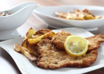 Paniertes Schnitzel mit Ofenkartoffeln