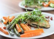 Gebratene Maischolle mit Karotten und grünen Spargel