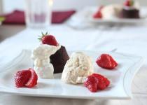 Schokokuchen mit Baileyseis und frischen Erdbeeren