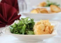 Riesengarnelen in einer Sesampanade mit Blattsalat